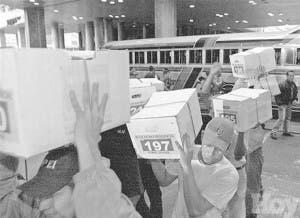 Oposición venezolana entrega miles de firmas para referéndum