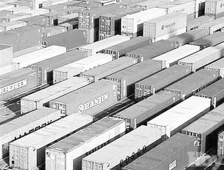 Africanos se refugian en grandes cajas desechadas