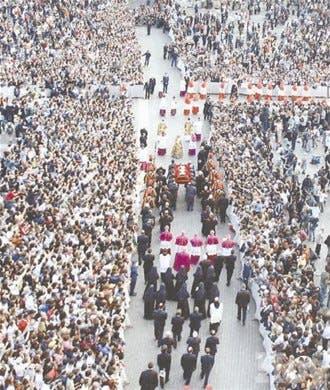 Miles de católicos desfilan ante el Papa
