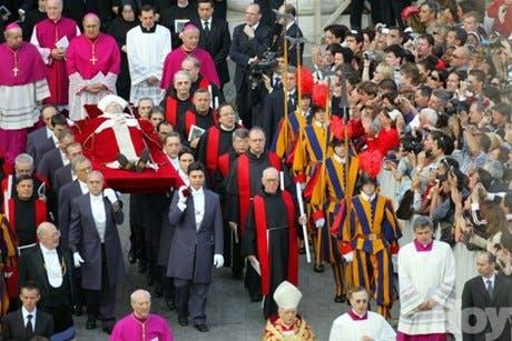 El cuerpo de Juan Pablo II se acerca a su última morada