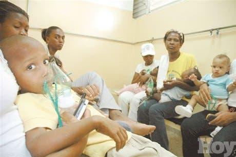 Pacientes abarrotan hospitales en busca de servicio de emergencia