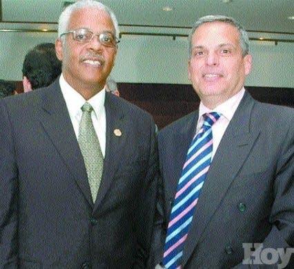 <P>Canadienses y dominicanos comparten almuerzo <BR>y charla</P>