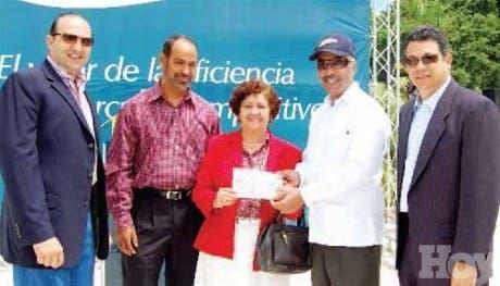 Banreservas entrega donativo al Ateneo