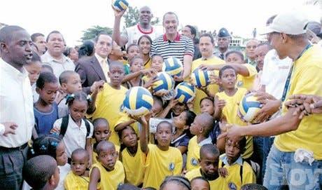 Payano inicia torneo voleibol Barrio Seguro