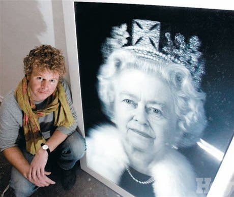 <P>En rosa<BR>El artista Chris Levine hace el primer retrato holográfico de la reina Isabel II</P>