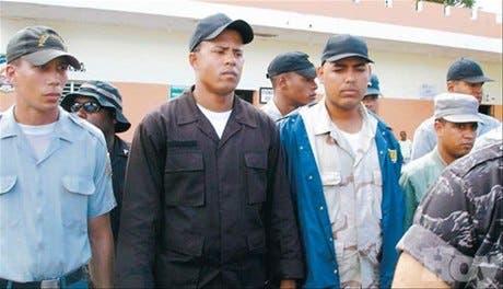 Trasladan a Santiago a los 22 policías incluidos en lista narco