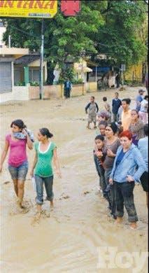 Lluvias inundan Tamboril y Gurabo, anegan calles; colapsa un puente