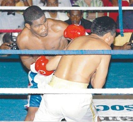 <STRONG>¡Díaz noquea!<BR></STRONG>Fulmina a Pacheco<BR> en el primer round