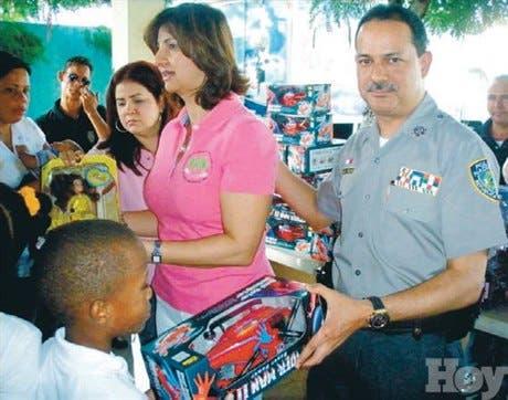 El jefe PN entrega juguetes a hijos de agentes del orden