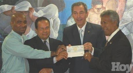 Rector entrega 20 millones de pesos a ARS-UASD