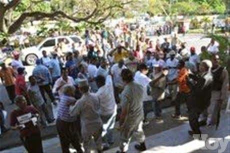 Ex empleados vuelven a bloquear alcaldía para exigir pago prestaciones laborales