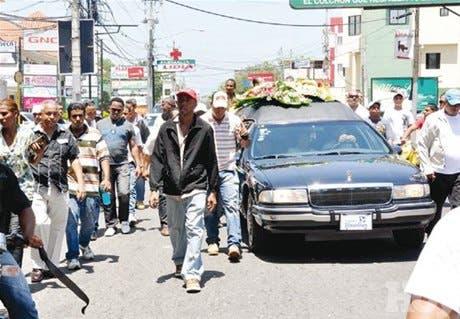 Con llantos y cantos despiden restos de dirigente asesinado