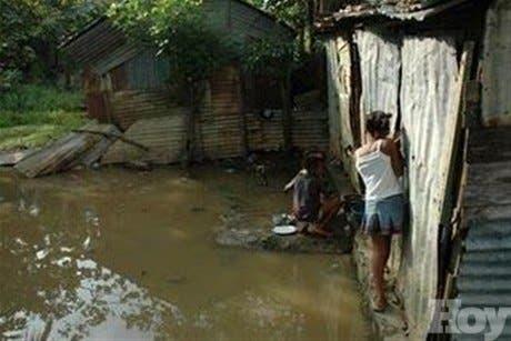 <P>Decenas de viviendas anegadas en La Barquita, La Lata y La Lechuga; río Ozama causa estragos</P>