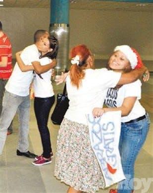Jóvenes llaman atención con abrazos