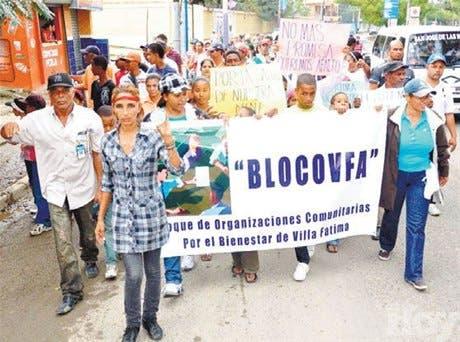 Marchan en demanda de arreglo de calles Hato del Yaque