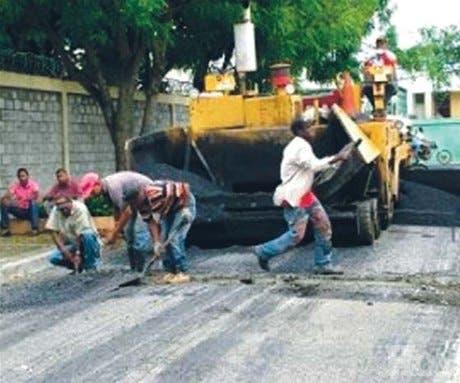 El Gobierno inicia asfaltado de calles en sectores Moca