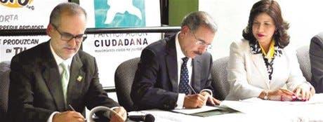 Danilo firma PactoTransparencia