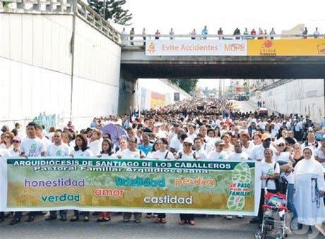 <STRONG>Fieles católicos y adventistas caminan en pro reforzar valores</STRONG>