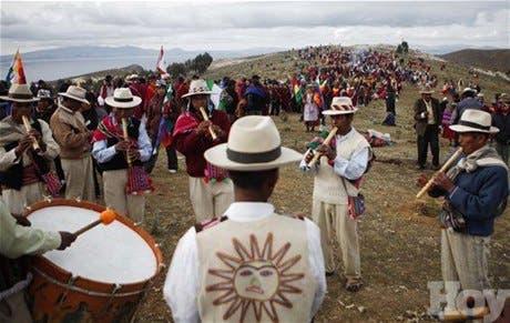 <STRONG>Danzas y rezos indígenas en Lago Titicaca celebran fin de calendario maya</STRONG>