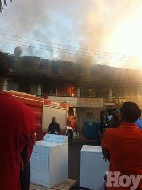 <P><STRONG>OTRO FUEGO<BR>Incendio consume almacén en Santiago</STRONG></P>