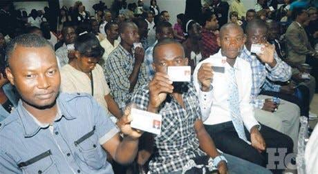 Migración entrega carnets haitianos que trabajan aquí