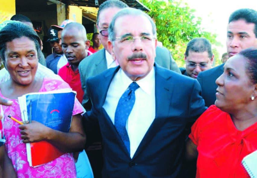 El presidente Danilo Medina con moradores de Los Guandules, donde hoy será saneada la cañada
