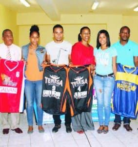 Teresa Durán,centro, Roberto Ramírez y otros muestran los uniformes