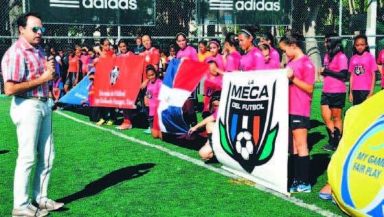 Adalberto Rodríguez se dirige a las participantes en el torneo futsala