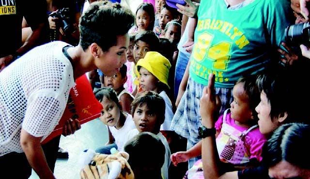Alicia Keys visita afectados por tifón en Filipinas