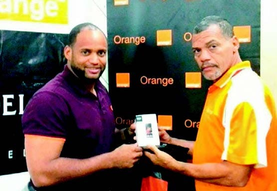 Angel Castro recibe un celular de Orange Dominicana