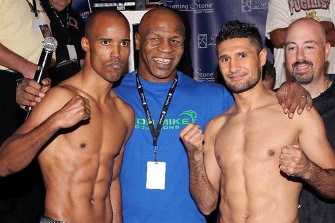 Argenis Méndez (izquierda), junto a Mike Tyson, a cuya empresa, Iron Mike, pertenece el dominicano.