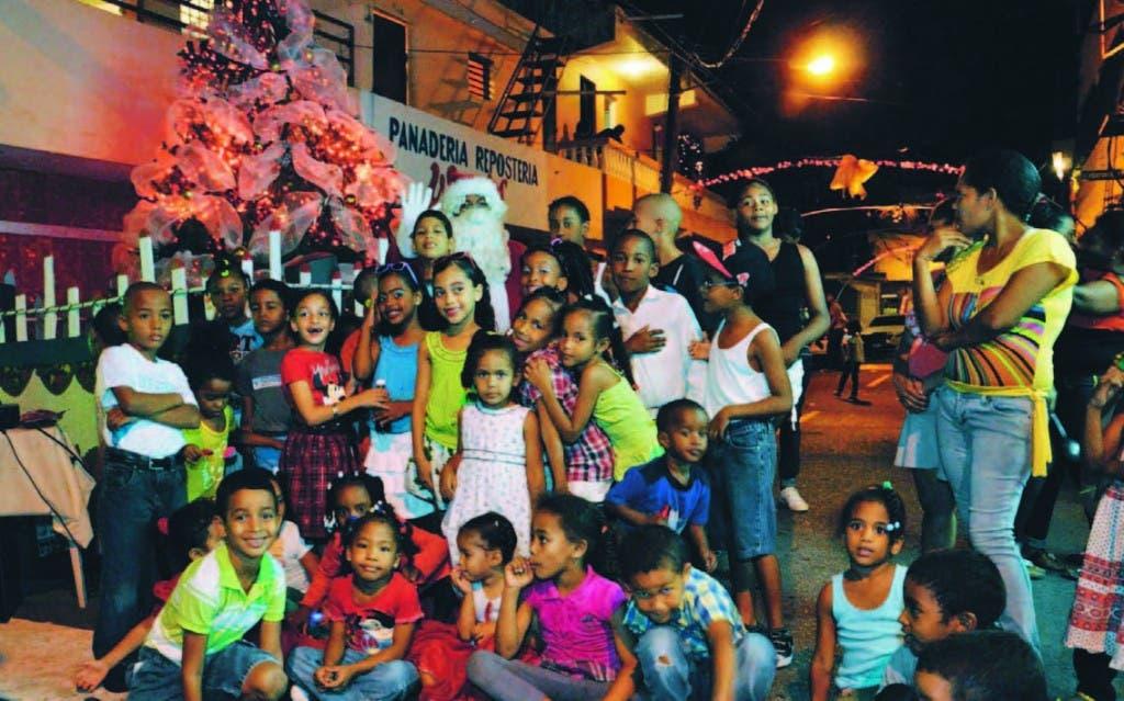 Con gran alegría y emoción los niños de La Yagüita posan en su  colorido arbolito navideño