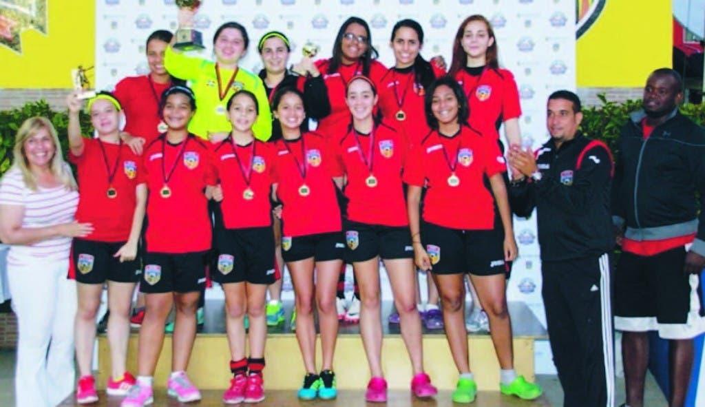 Dafne Ureña, izquierda,  y Oscar Almonte juntos a las campeonas femeninas de Saint Thomas School