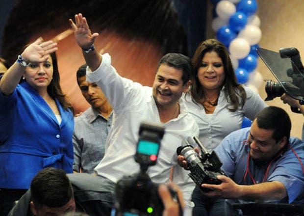 El candidato oficialista Juan Orlando Hernández, quien en la foto saluda seguidores al celebrar, continuaba ayer arriba en los resultados.