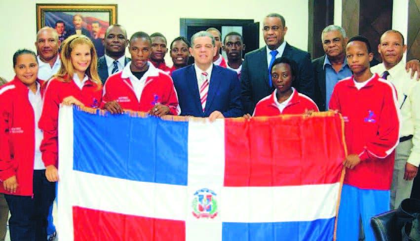 El licenciado Carlos Almarante Baret, despide a los atletas al gimnasiada en Brasil, con 39 naciones