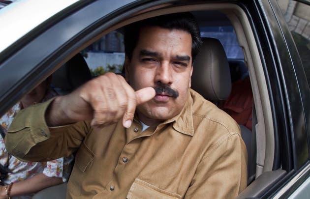 El presidente  Nicolás Maduro celebra luego de recibir la aprobación de la Asamblea Nacional.