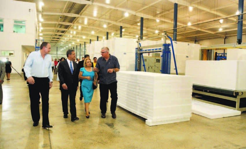 El presidente y el vicepresidente de Isotex, José Carucci y Thomas Pollehne  recorren las instalaciones de la empresa junto al ex presidente Leonel Fernández y Alma Fernández, directora del INVI