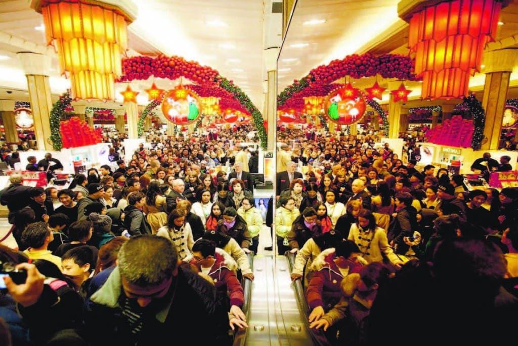 En los Estados Unidos las personas hacen largas filas para hacer sus compras a precios muy económicos