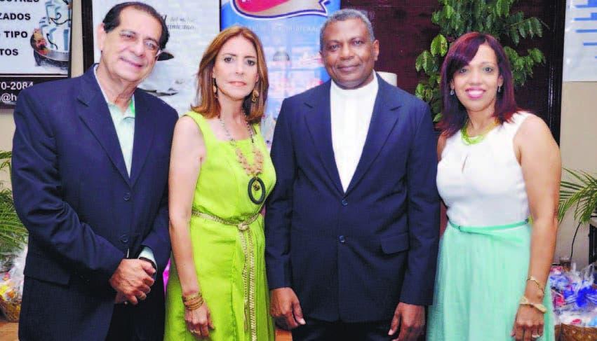 Héctor Rodríguez, Sandra Asilis, el sacerdote Victor González y Alexandra Colombo