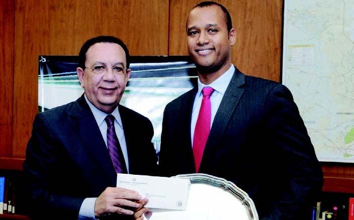 Héctor Valdez Albizu entrega el premio del primer lugar a Francisco Alberto Ramírez