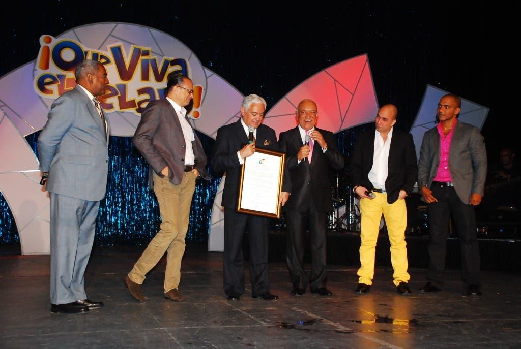 Desde la  izquierda:  Teófilo Terrero, José Antonio Rodríguez, Cuquín Victoria, Jochy Santos, Irving Alberti y Liondy Ozoria, durante la entrega del reconocimiento a Victoria la noche del viernes.  JOSELITO PEÑA