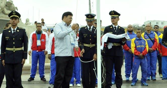 El Jefe de Misión Francisco Camacho durante el izamiento de la bandera nacional en Perú. fuente externa
