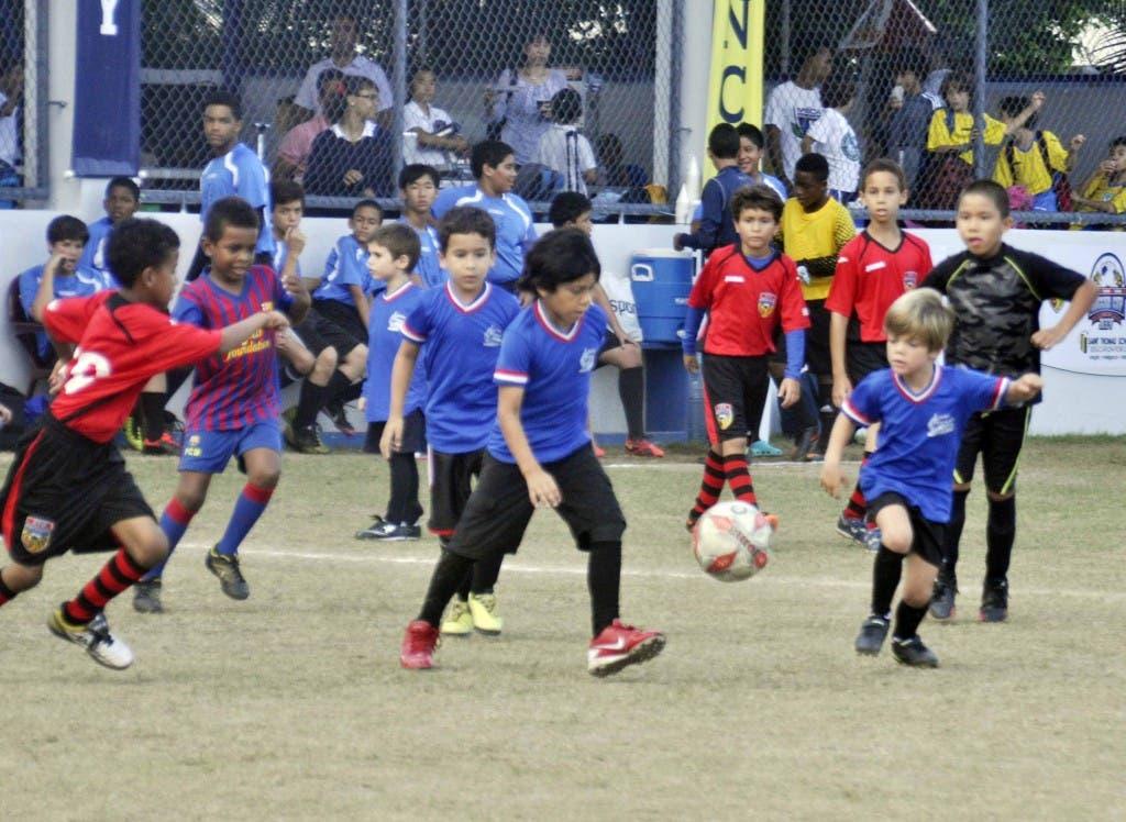 Parte de la acción en el día de ayer en la categoría menor  en la continuación del torneo de fútbol organizado por Saint Thomas School.