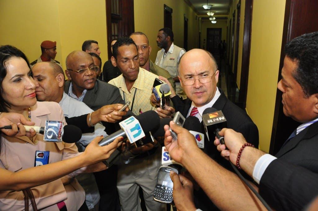 El procurador general  Francisco Domínguez Brito ofrece declaraciones a la prensa sobre lo tratado en la reunión de anoche en Palacio. José Francisco