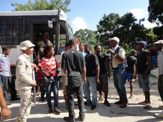 Haitianos deportados desde RD abordan un autobús para ser llevados a Haití, en foto de archivo.