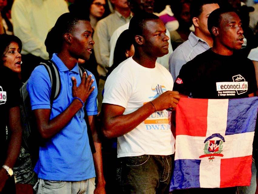 Hijos de inmigrantes haitianos nacidos en el país durante un acto reclamando la nacionalidad