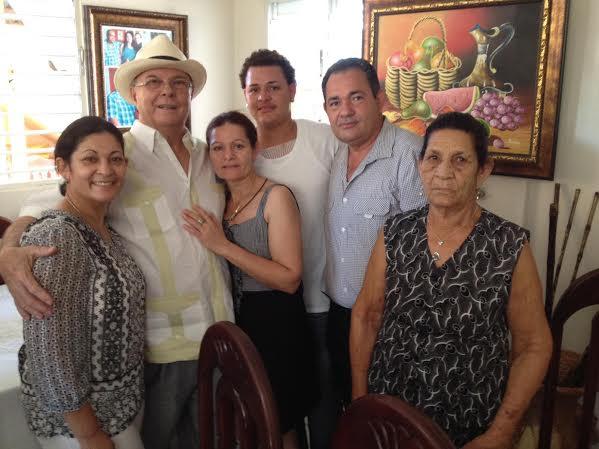 Hipólito Mejía rodeado de familiares de los fallecidos.