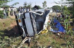 Volcadura deja al menos 22 muertos en la India