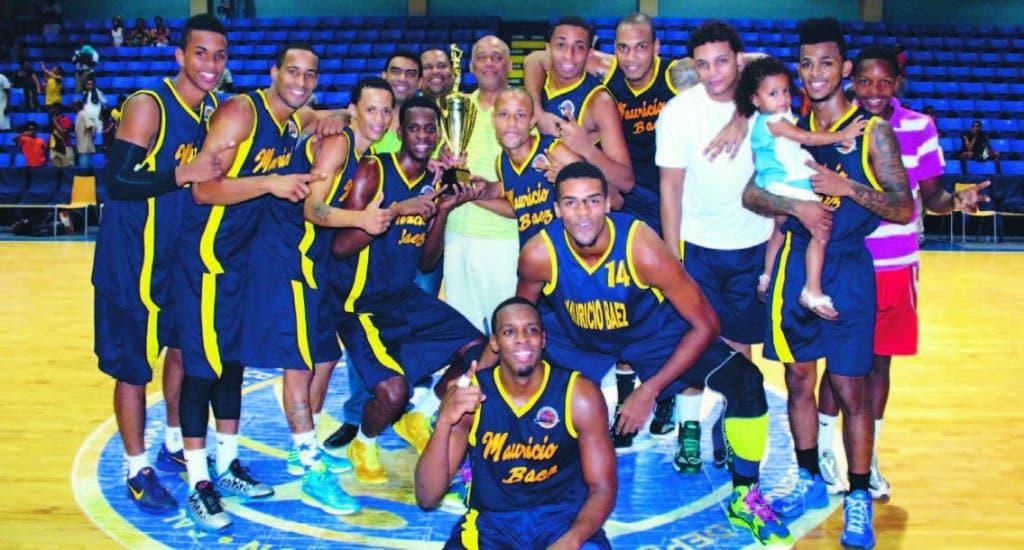 José Boyón Domínguez, premia a los campeones del Club Mauricio Báez, que ganó el clásico de basket en el techado mauriciano