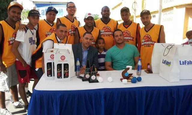 Béisbol profesional entrega premio a Erick Almonte y al cronista deportivo Héctor Gómez